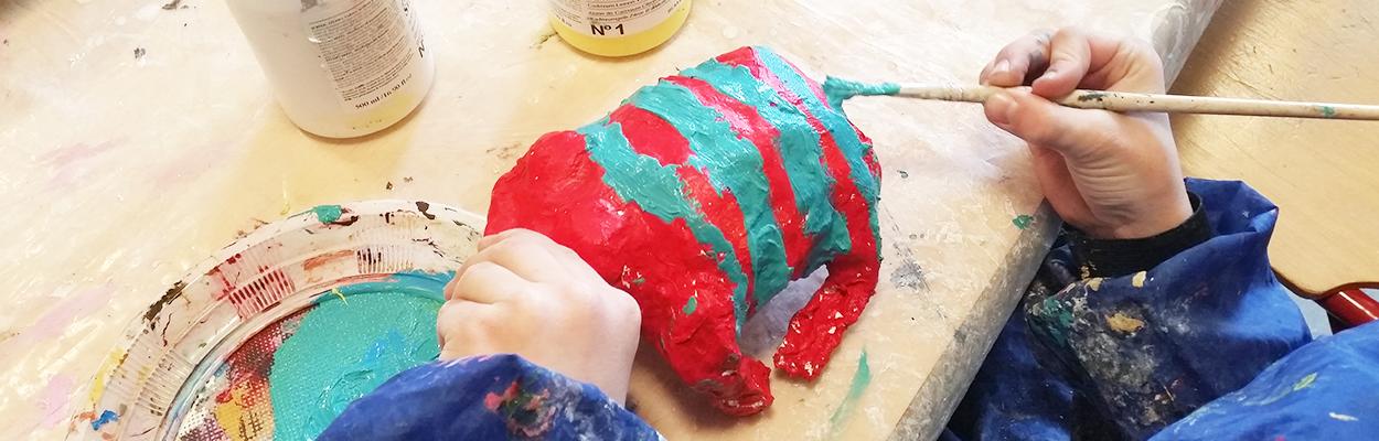 barn dekorerer fabeldyr